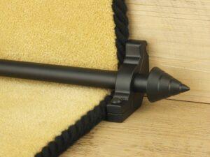 Arrow-shaped carpet rod with bracket, black