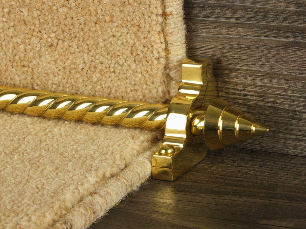 Arrow runner carpet rod, spiral rod, arrow-shaped end, bracket, polished brass