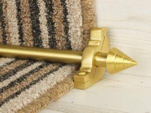Arrow-shaped carpet rod with bracket, satin brass