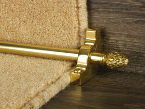 Sherwood carpet rod with fir cone finial, bracket in polished brass