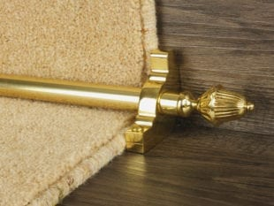 Dubai stair rod in polished brass on step
