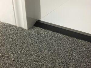 Carpet door bar in black for uneven floor levels