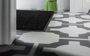 Metal floor strip around mat in black
