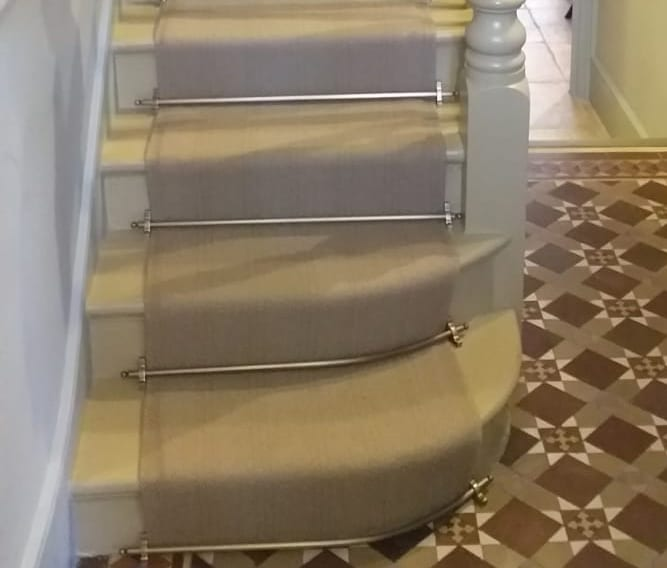 Curved stair rods for bottom steps